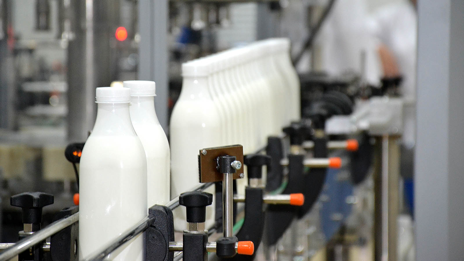 По словам правительства, молочные предприятия не так опасны для окружающей среды